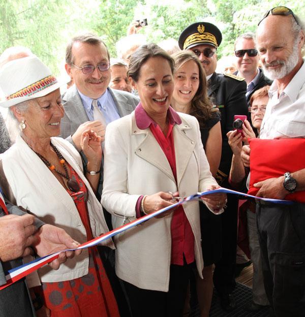 Ségolène Royal, ministre, coupe le ruban inaugural de la nouvelle maison du Parc à Vallouise - © JP-Telmon - PNE