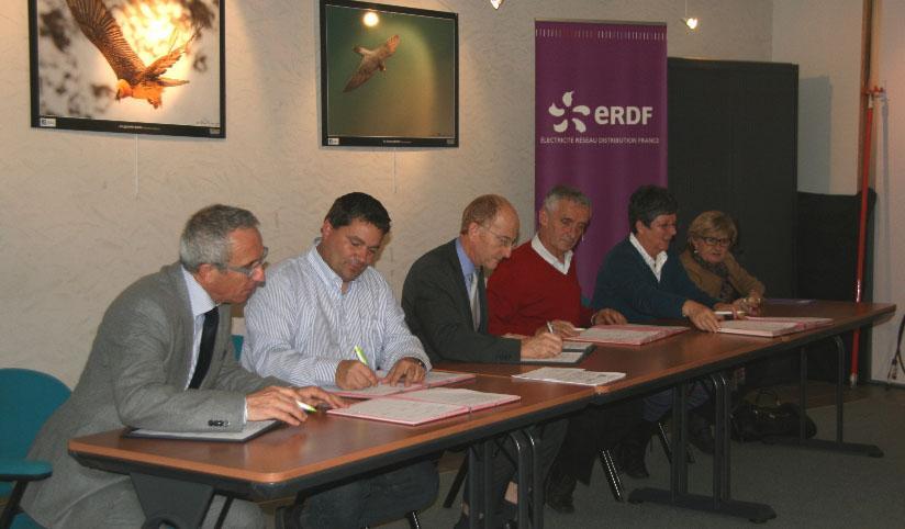 M. Pichoud, Président du PN des Ecrins ; M. Risser, Président LPO Isère ; M . Masset, Directeur Territorial ERDF ; M. Revel, Vice-Président du CGI ; Mme Brette, Présidente du PNRV ; Mme Giraud, Présidente du PNRC - photo ERDF