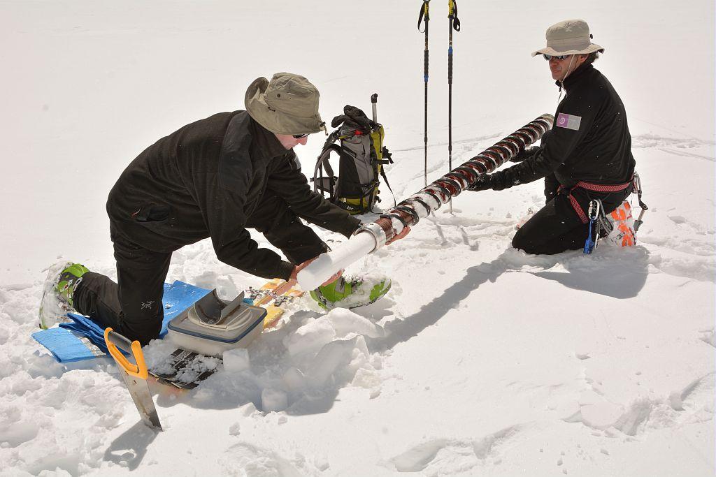Carrotage glacier Blanc mai 2014 © Mireille Coulon - Parc national des Ecrins