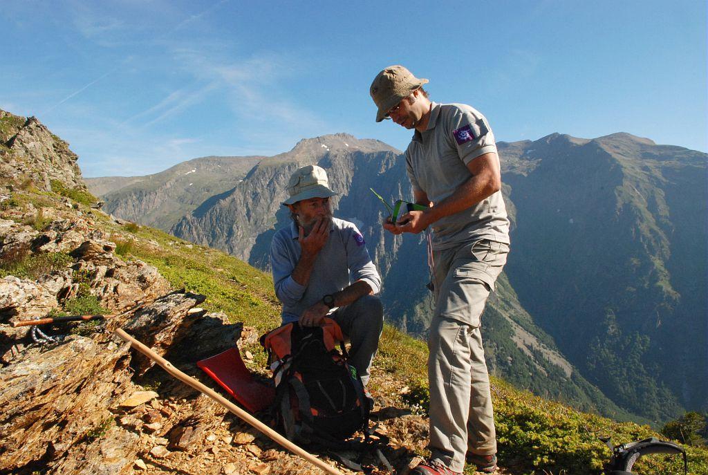 Suivis flore - Parc national des Ecrins- Bernard Nicollet et Cédric Dentant en prospection - © C.Albert/PNE