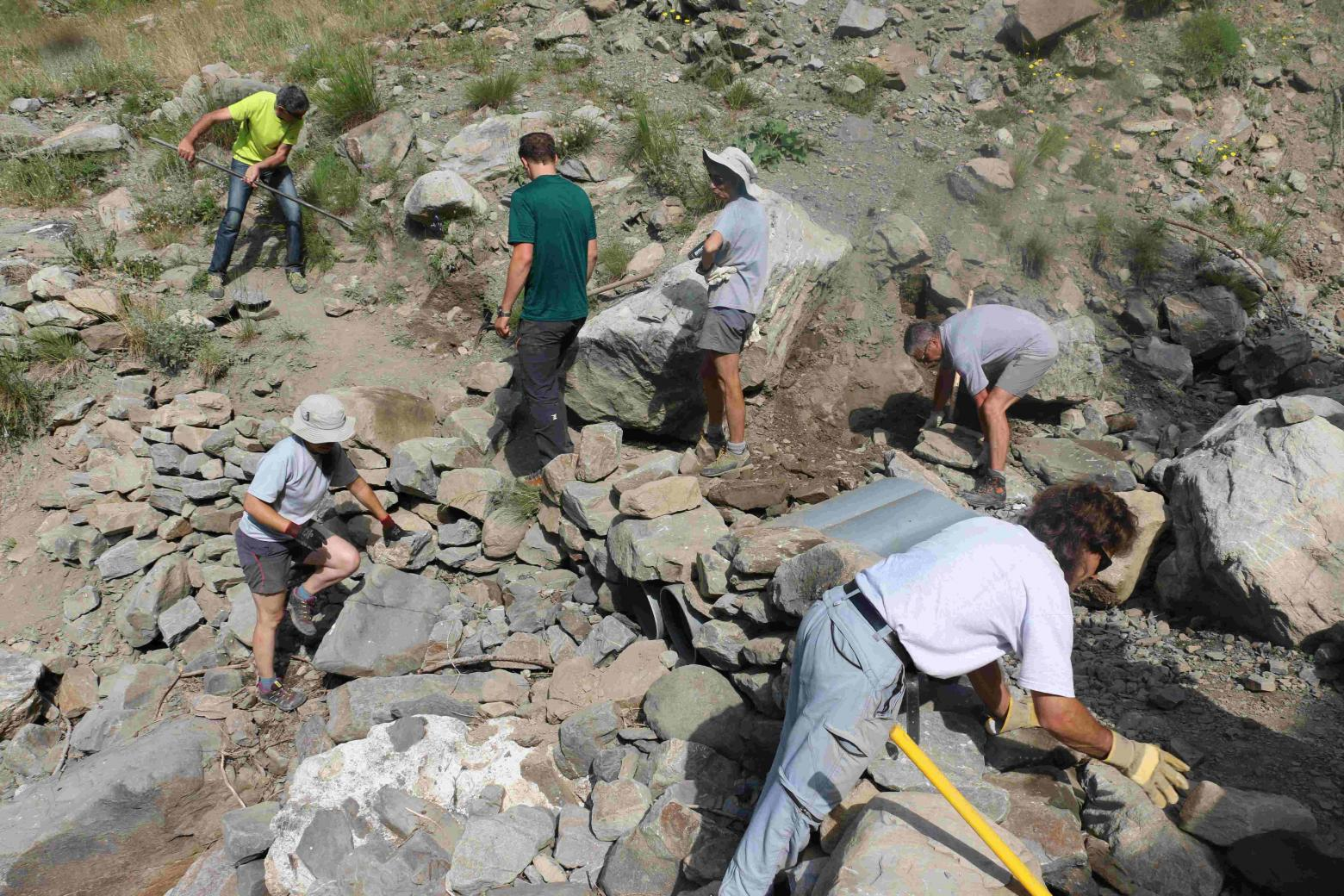 Chantier collectif Dormillouse - juillet 2015- © H-Quellier - Parc national des Ecrins