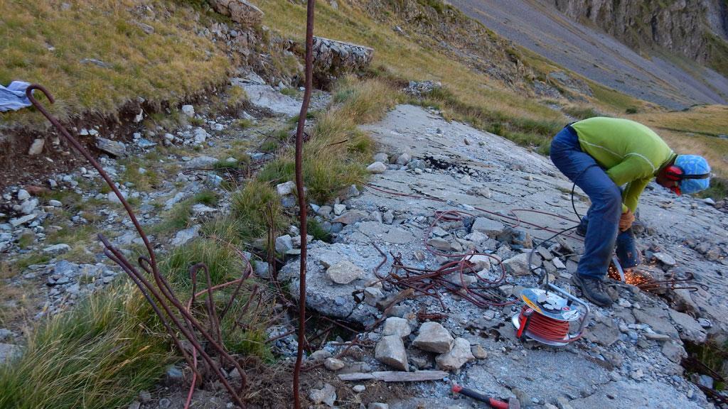 Juillet 2015 - Nettoyage fer à béton de la partie du refuge de l'Olan emportée par une avalanche dans les années 50. © Parc national des Écrins