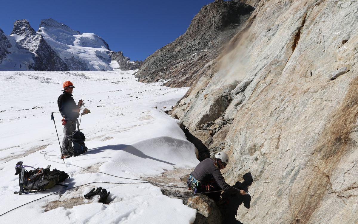 Marque hauteur glacier blanc sous le refuge des Écrins - sept 2016- © Parc national des Ecrins
