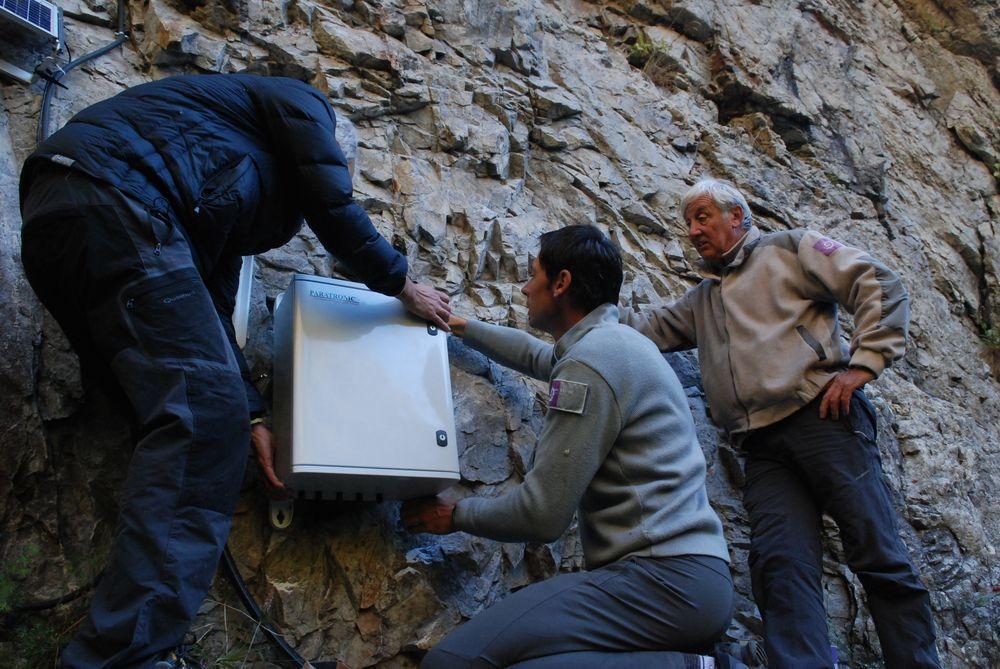 Installation capteurs et station suivi Lauvitel - oct 2016 - Parc national des Ecrins - ©J-Petringer -Paratonic