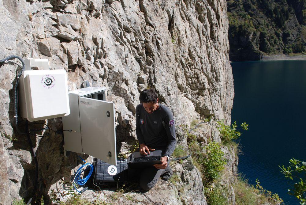 Installation capteurs et station suivi Lauvitel - oct 2016 - Parc national des Ecrins - ©J-Petringer-Paratonic
