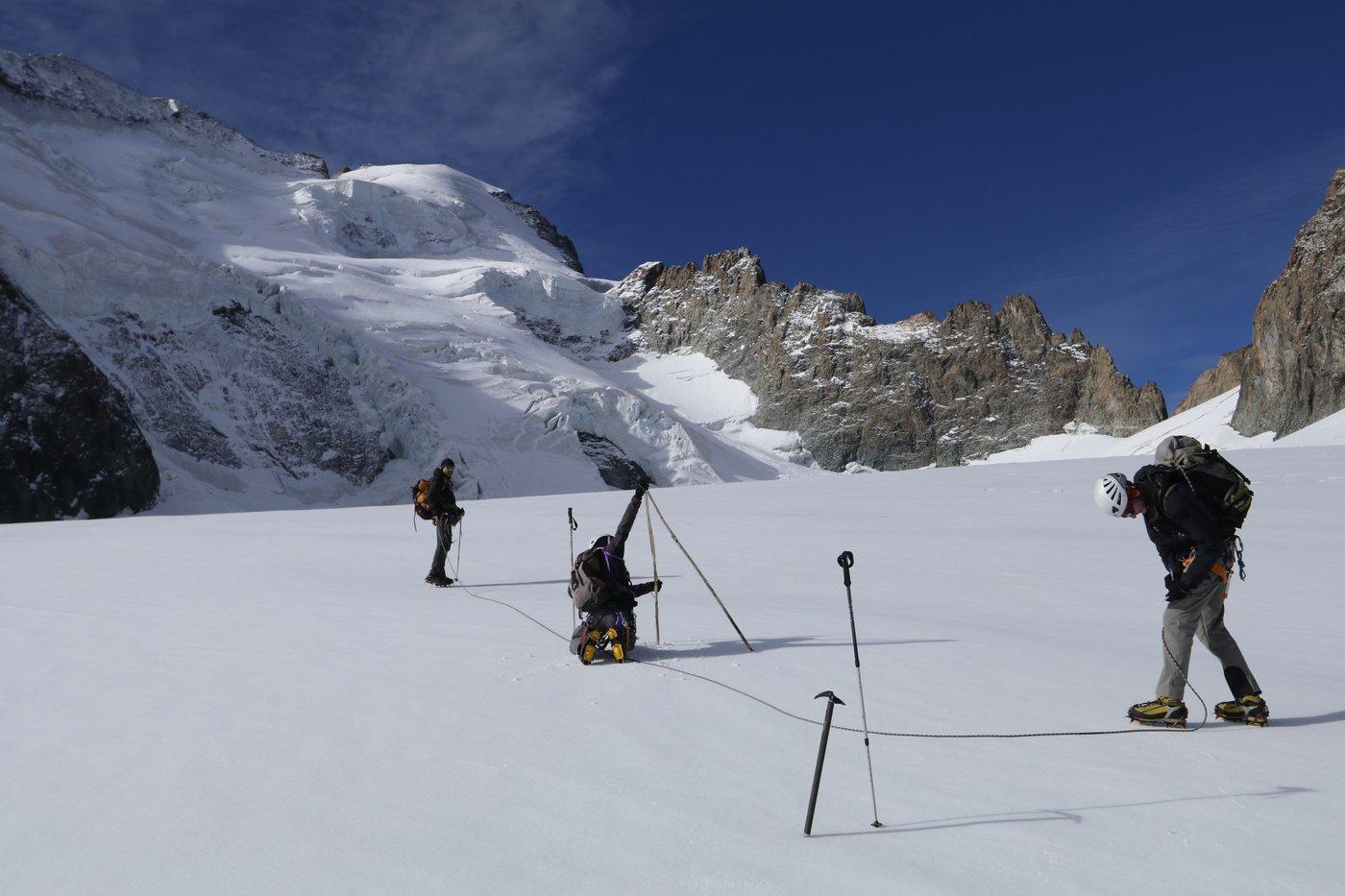 Relevé perches glacier Blanc - oct 2017 - © M.Bouvier - Parc national des Ecrins
