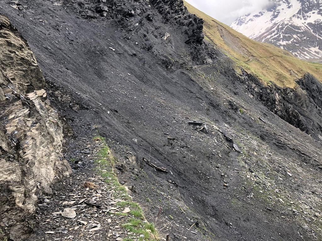 sentier des crevasses emporté par un glissement de terrain - mai 2018 © E Vannard - Parc national des Ecrins