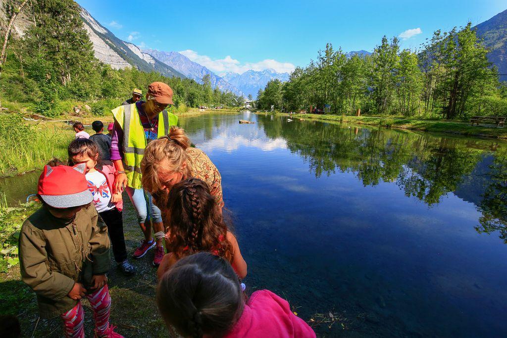 Atelier scolaire sur le site du Lac Bleu au Bourg d'Oisans - Ecrins e nature 2018 - photo T.Maillet - Parc national des Ecrins