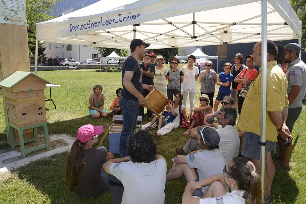 Ruche pédagogique avec Gilles Roche - - Ecrins de nature - juin 2018 Bourg d'Oisans - © Cl.Gondre - Parc national des Ecrins