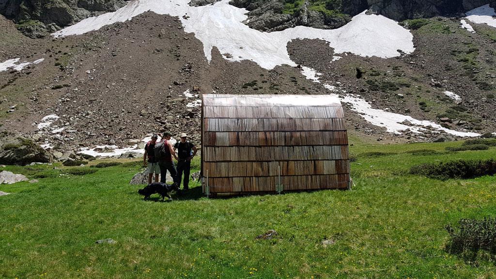 Héliportage prototype cabane d'appoint - alpage Mariande - juin 2019 - © F. Sabatier - Parc national des Ecrins