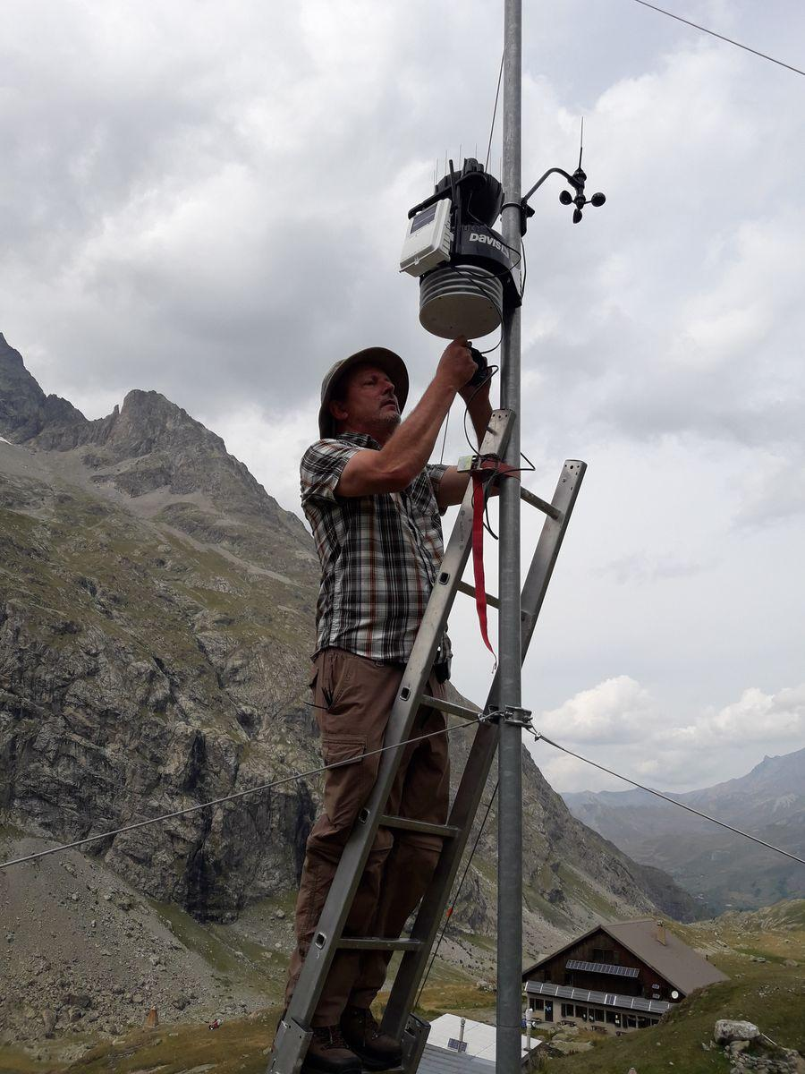 Installation station météo Chamoissière - Refuges sentinelles - Août 2019 - © C.Sagot -Parc national des Ecrins
