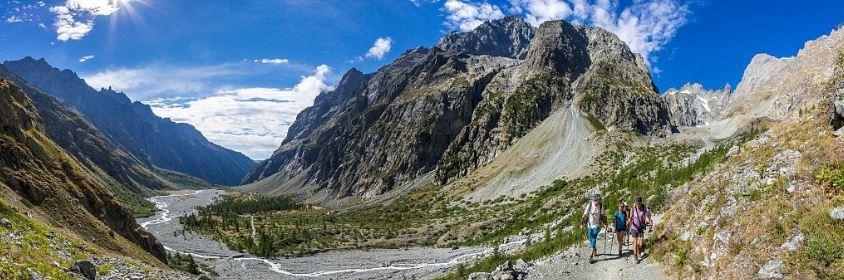 Pré de Madame Carles, Alexandre Puech, accompagnateur en moyenne montagne, randonnée vers le refuge du Glacier Blanc © Bertrand Bodin - Parc national des Écrins