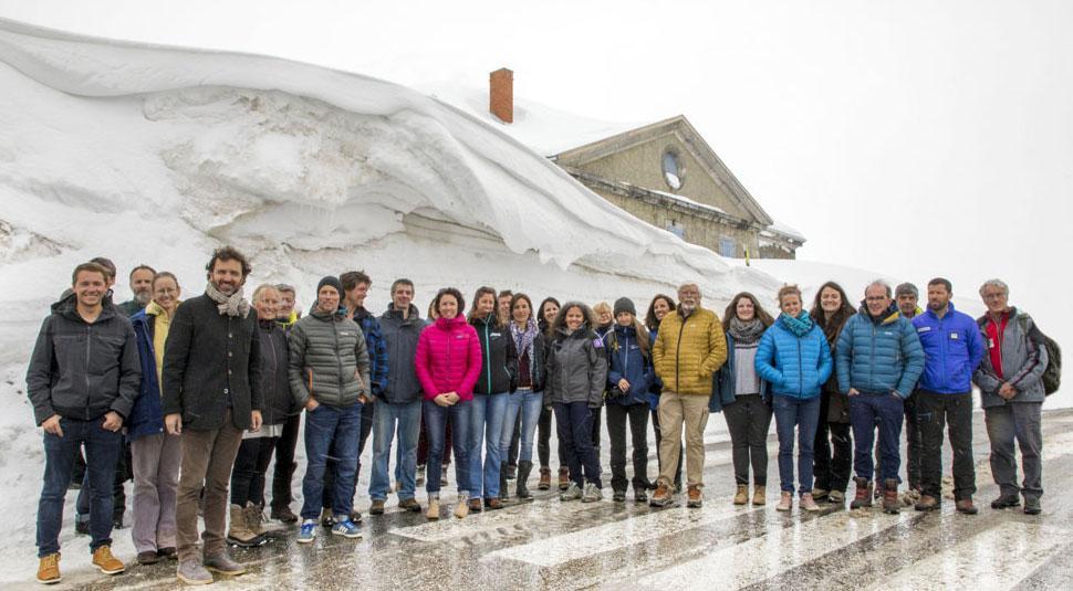 Les gardiens de refuges du massif de l'Oisans et des Écrins et leurs partenaires, réunis au col du Lautaret ce mardi 10 mars pour le lancement de la saison de ski de randonnée 2020. © P.Domeyne - Agence de développement 05