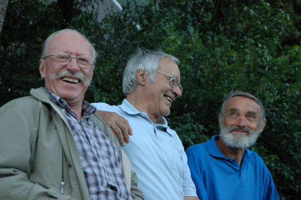 Roger Canac au centre de la photo au milieu de Jean Alix Martinez et Claude Coutas (-Lors du 40e anniversaire du GR54  - photo Pierre Masclaux - Parc national des Ecrins