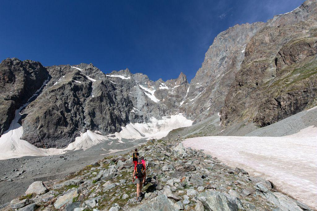 Randonneurs sur le sentier du Glacier noir - © T. Maillet - PNE
