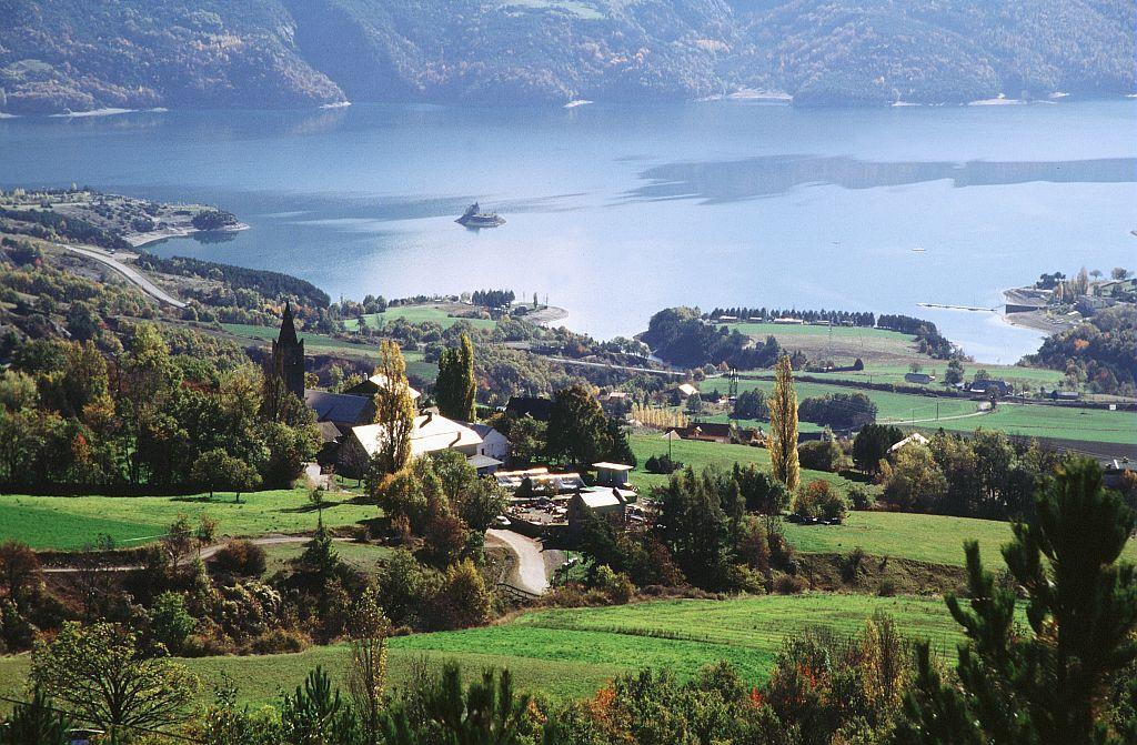 Le village de Prunières au-dessus du lac de Serre-Ponçon ©Christian Couloumy - Parc national des Ecrins