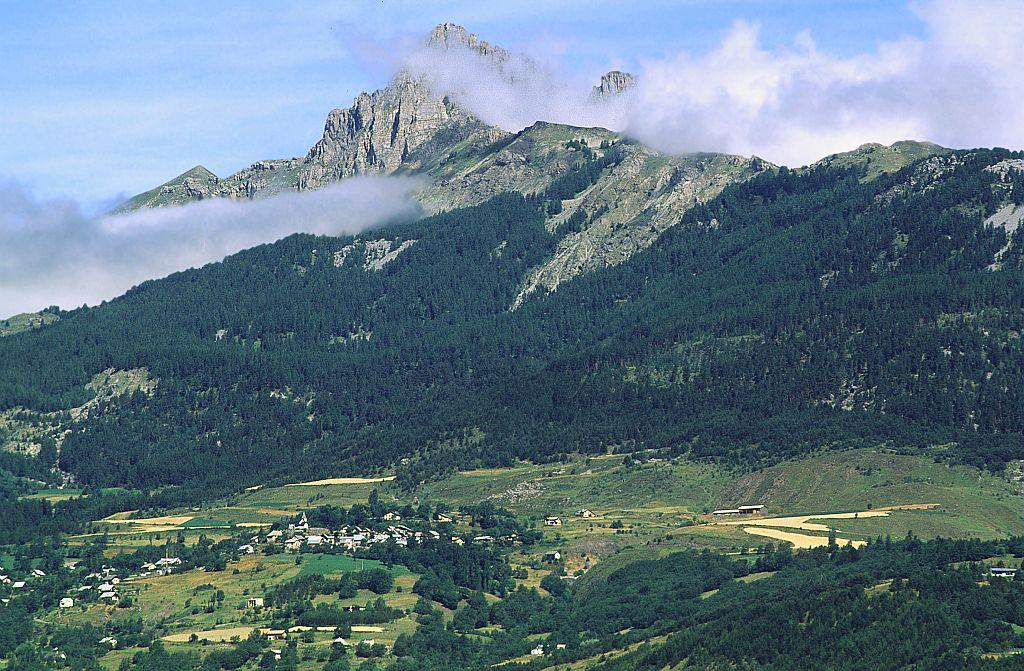Le village de Saint-Apollinaire sous les Aiguilles de Chabrières et la forêt de Joubelle ©Mireille Coulon - Parc national des Ecrins
