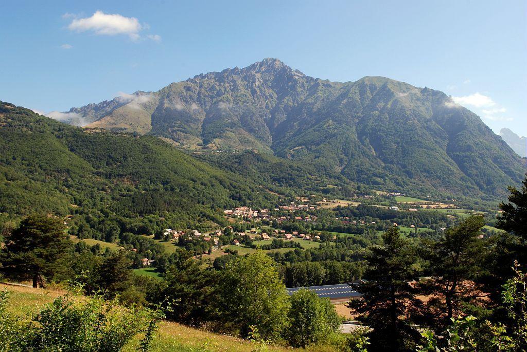 Village de Saint-Firmin et le sommet du Grun de Saint-Maurice en Valgaudemar ©Nicollet Jean-Pierre - Parc national des Ecrins