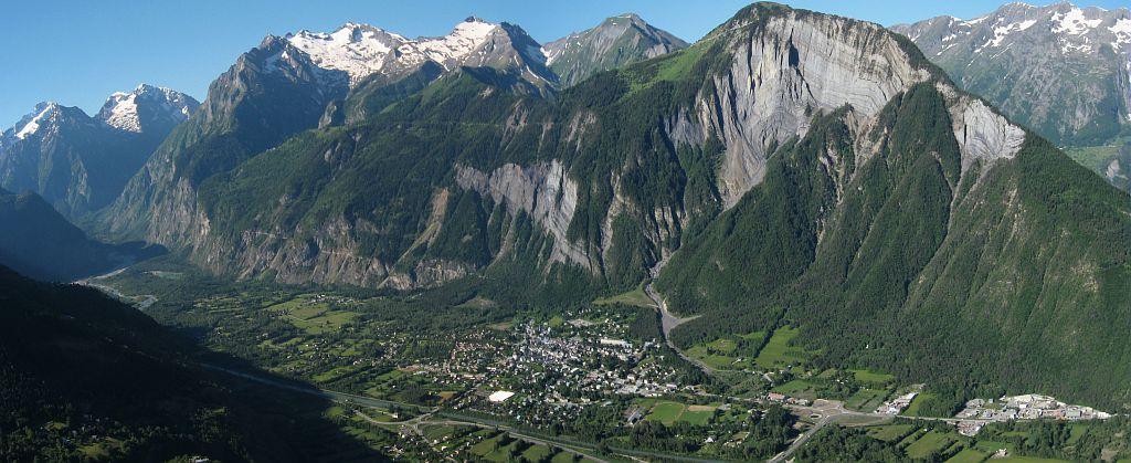 Massif du Rochail, falaise du Prégentil - Plaine de Bourg d'Oisans © Jean-Pierre Nicollet