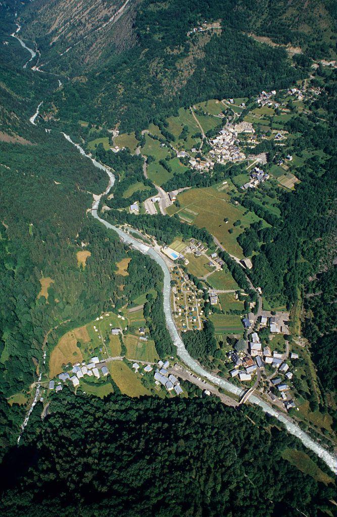 Venosc et ses hameaux en parapente ©Cyril Coursier - Parc national des Ecrins