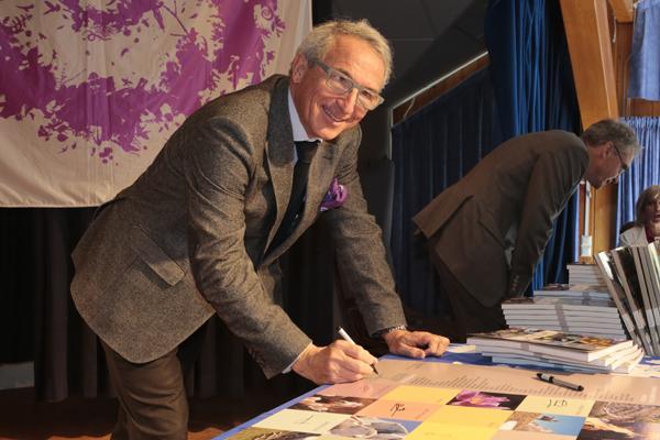 Christian Pichoud, président du conseil d'administration du Parc, signe officiellement la charte. © Pascal Saulay - Parc national des Ecrins