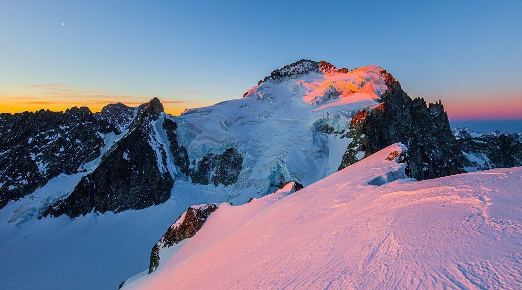 Lever de soleil sur la barre des Écrins - © T. Blais - PNE