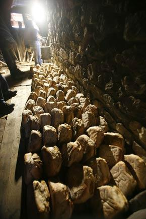 """Les pains sortis du four sont mis à refroidir au """"paradis"""" © Cyril Coursier - Parc national des Ecrins"""