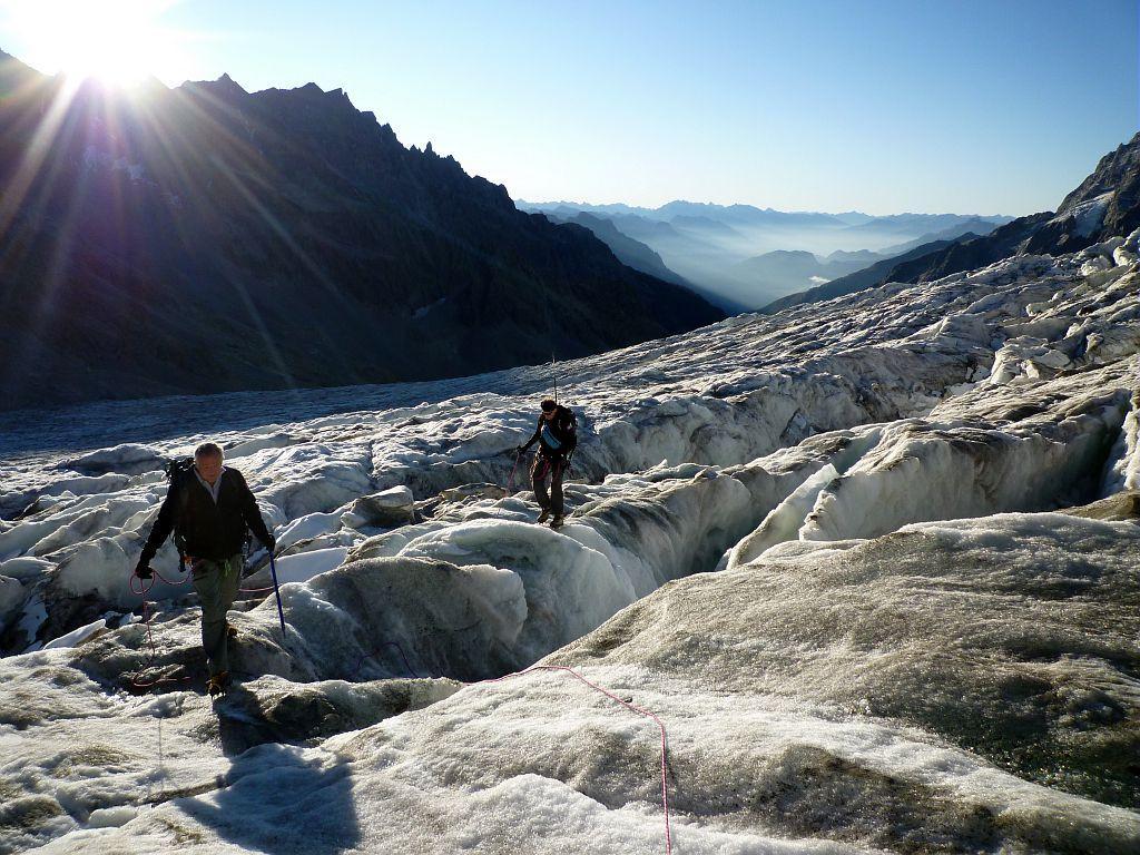 Gardes-moniteurs progressant dans les crevasses du Glacier Blanc ©Thierry Maillet - Parc national des Ecrins