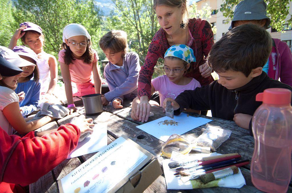Animatrice - Ateliers peintures naturelles avec des enfants ©Masclaux Pierre