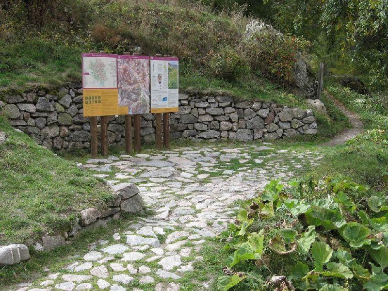 Point d'information au départ d'un sentier - photo Parc national des Ecrins