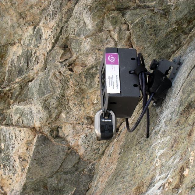 Installation appareil photo automatique glacier blanc © Parc national des Ecrins