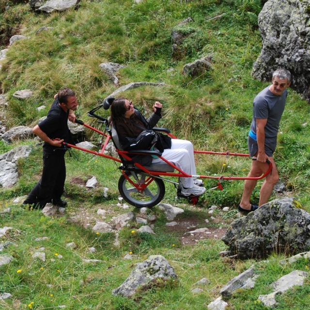"""Joelette - sortie """"la montagne accessible"""" dans le Valgaudemar © Parc national des Ecrins"""