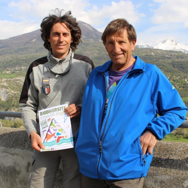 Jean-François Lombard (PNE) et Christian Couloumy (mairie d'Embrun) présentent l'affiche de l'événement - © DR