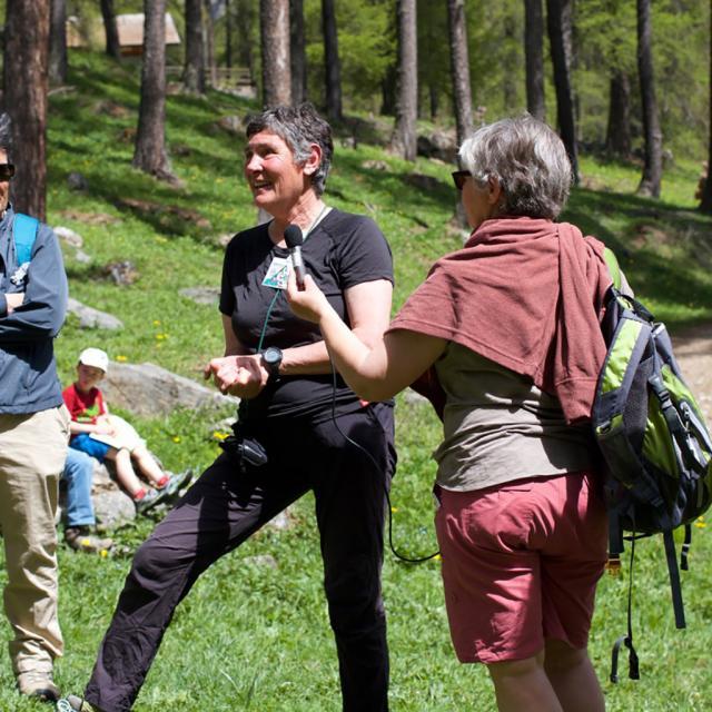 Anne-Marie partage ses connaissances sur les escargots - photo J.Charron - Parc national des Ecirns