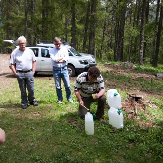 Trouver les vers de terre... avec Donovan Maillard  - photo J.Charron - Parc national des Ecrins