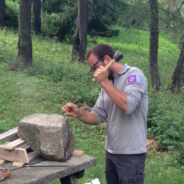 Atelier taille de pierre sous les mélèzes avec le Parc national des Ecrins.