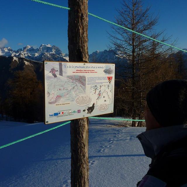 Panneau et fanion pour la protection des tétras-lyre - itinéraire randonnée de la Seyte - L'Argentière-la-Bessée - © C.Coursier - Parc national des Écrins
