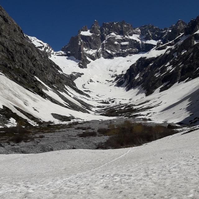 Encore beaucoup de neige sur l'itinéraire d'accès aux refuges du Châtelleret et du Promontoire © Parc national des Écrins