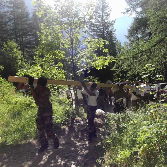Remise en état passerelle Clapouse avec l'aide de militaires - vallouise - été 2018 © Parc national des Écrins