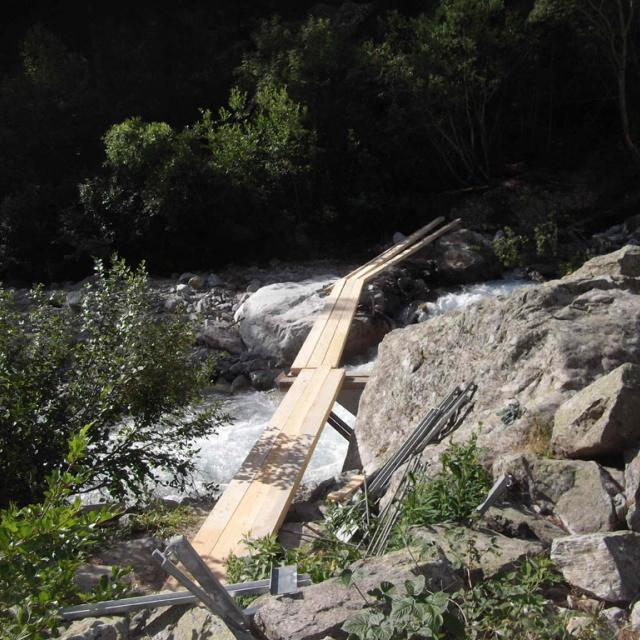 montage et la sécurisation de la passerelle Clapouse - Vallouise - été 2018 © Parc national des Écrins