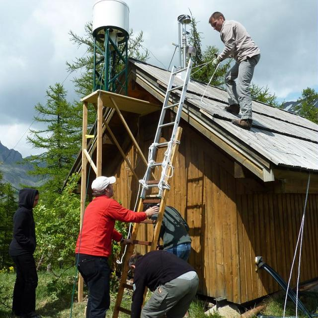 Station Mera - Installation collecteur CARAGA - 2011 © C.Coursier - Parc national des Écrins