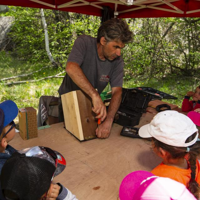 fabrication nichoirs -  scolaires -Ecrins de nature 2019 - Vallouise - photo T.Maillet - Parc national des Ecrins