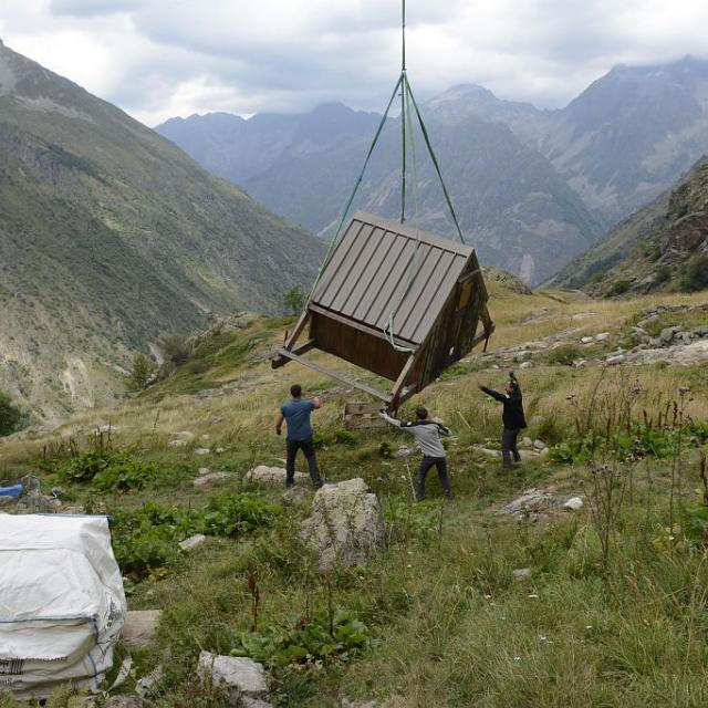 Héliportage cabane d'estive 2018  - © D.Vincent- Parc national des Ecrins