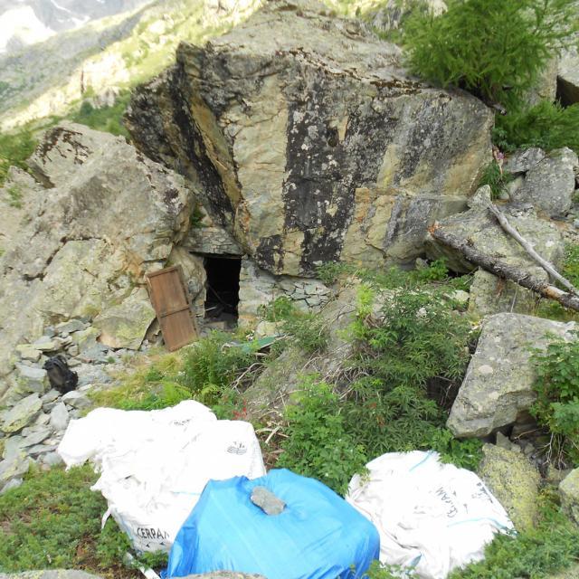 Abri sous roche des Bans, avant travaux © J-L Grégoire - Parc national des Ecrins