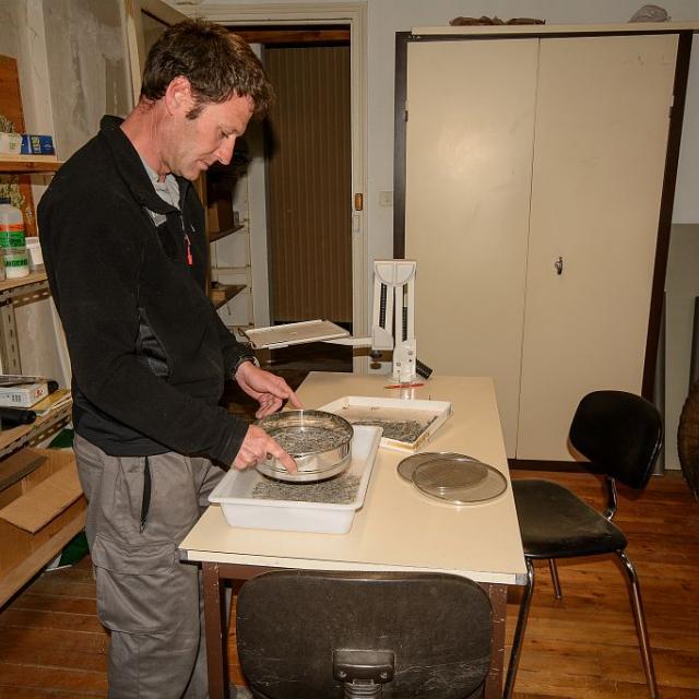 Damien Combrisson, lors d'une opération de tamisage, pour la recherche d'escargots. © M.Coulon - Parc national des Écrins
