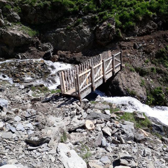 La passerelle de Combe Guiyon qui avait été vandalisée a été rénovée. photo Parc national des Ecrins - mai 2020