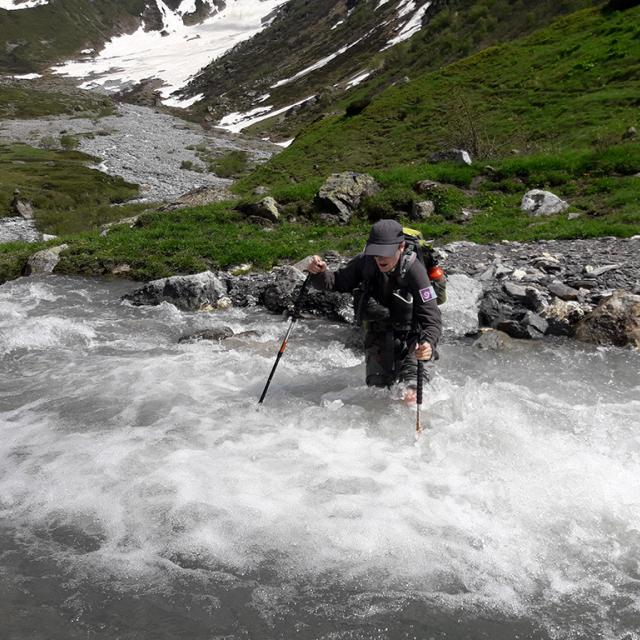 Traversée de torrent sans passerelle -  photo O.Warluzelle - Parc national des Ecirns