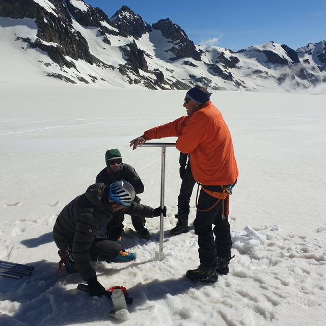 Mesures d'accumulation glacier Blanc - mai 2020 - photo M.Bonnefoy - INRAE