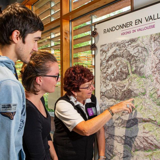 Maryse Fourcroy à l'accueil de la Maison du Parc de Vallouise - photo T.Maillet - Parc national des Ecrins