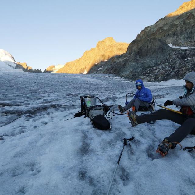 Mise en place de perches dans la glace au glacier Blanc, Barre des Ecrins - Martial Bouvier, PNE